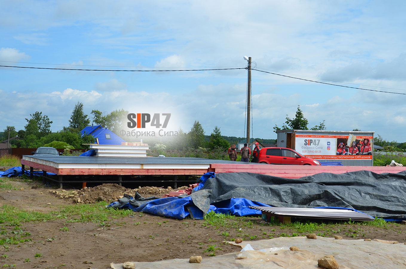 Идет монтаж перекрытия первого этажа дома из СИП- панелей